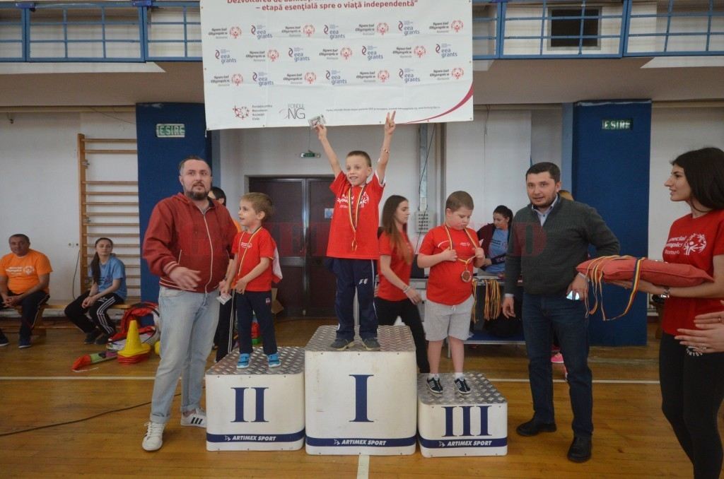70 de copii şi tineri cu dizabilităţi din Dolj au participat miercuri la o competiţie sportivă (Foto: Traian Mitrache)